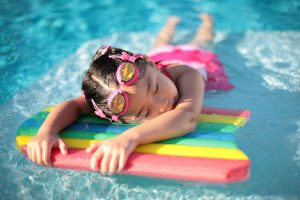 niña jugando en la piscina